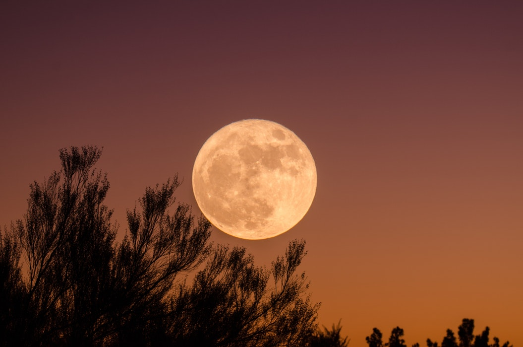 HOW THE MOON PHASES CAN HELP US MANIFEST - Emma Mumford